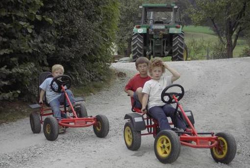 Tretfahrzeuge auf dem Hof