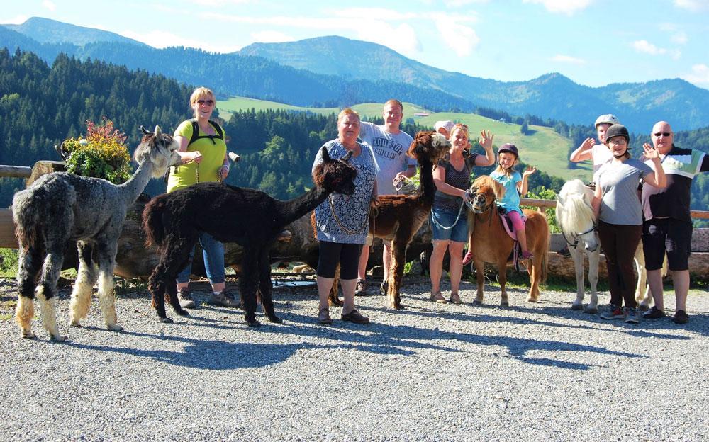 Eine lustige Alpakatour mit den Gästen - © Der Auszeithof