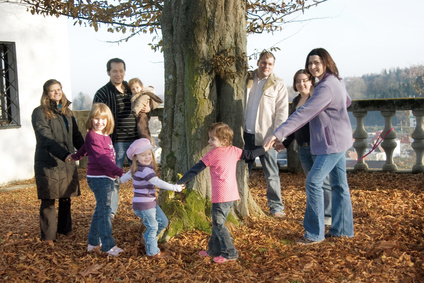 Herbst auf dem Bauernhof mit der ganzen Familie