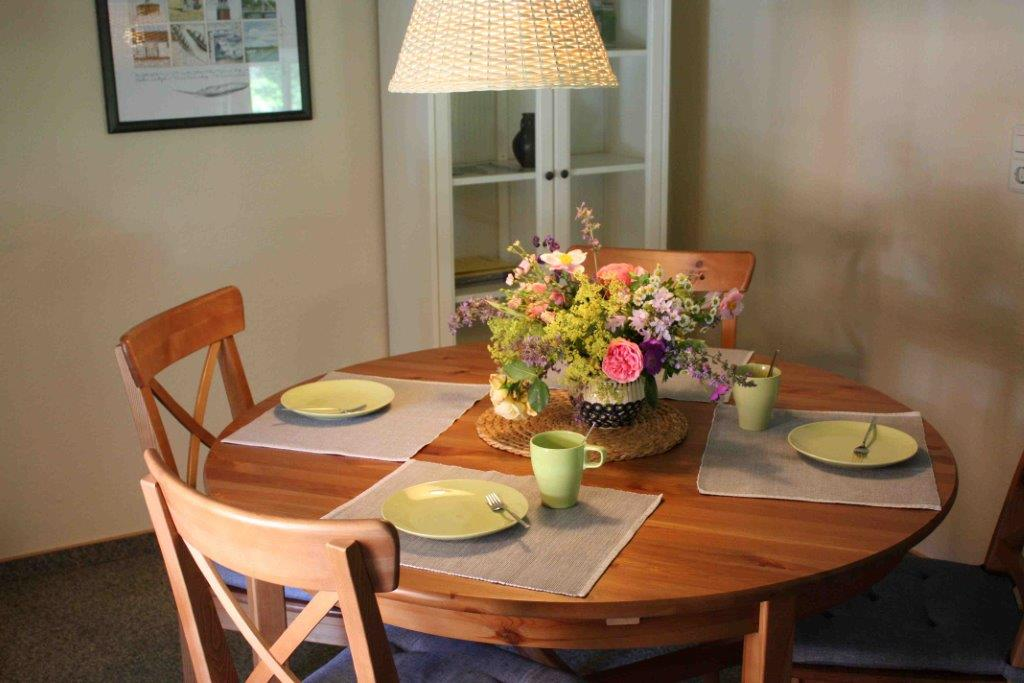 Liebevoll gedeckter Tisch