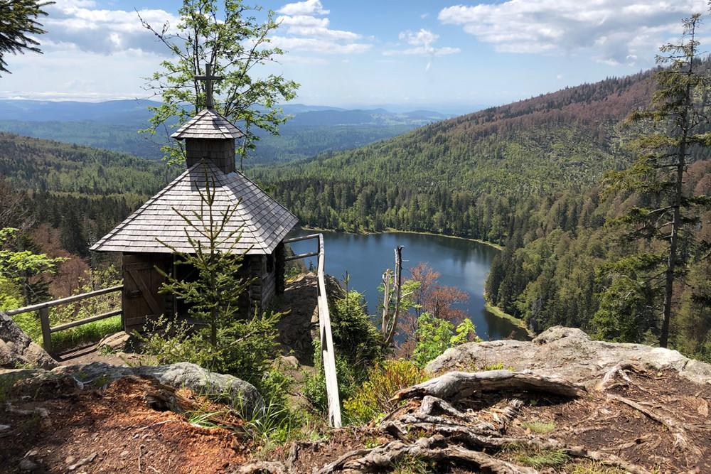 Die idyllische Rachelkapelle mit dem Rachelsee im Hintergrund