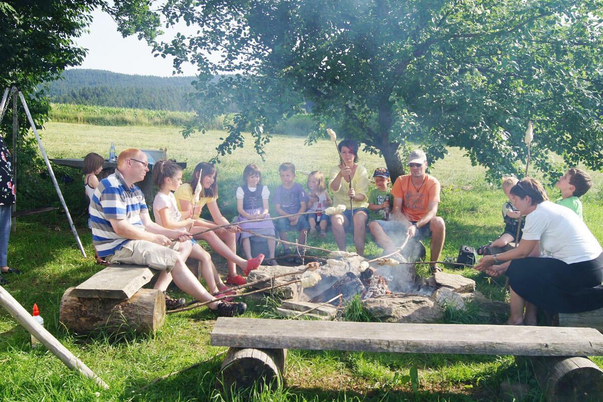 Gemeinsam Stockbrot backen am Ferienbauernhof Kilger