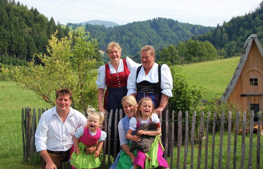 Die freundliche Gastgeberfamilie Rasch-Schädler in drei Generationen - © Der Auszeithof
