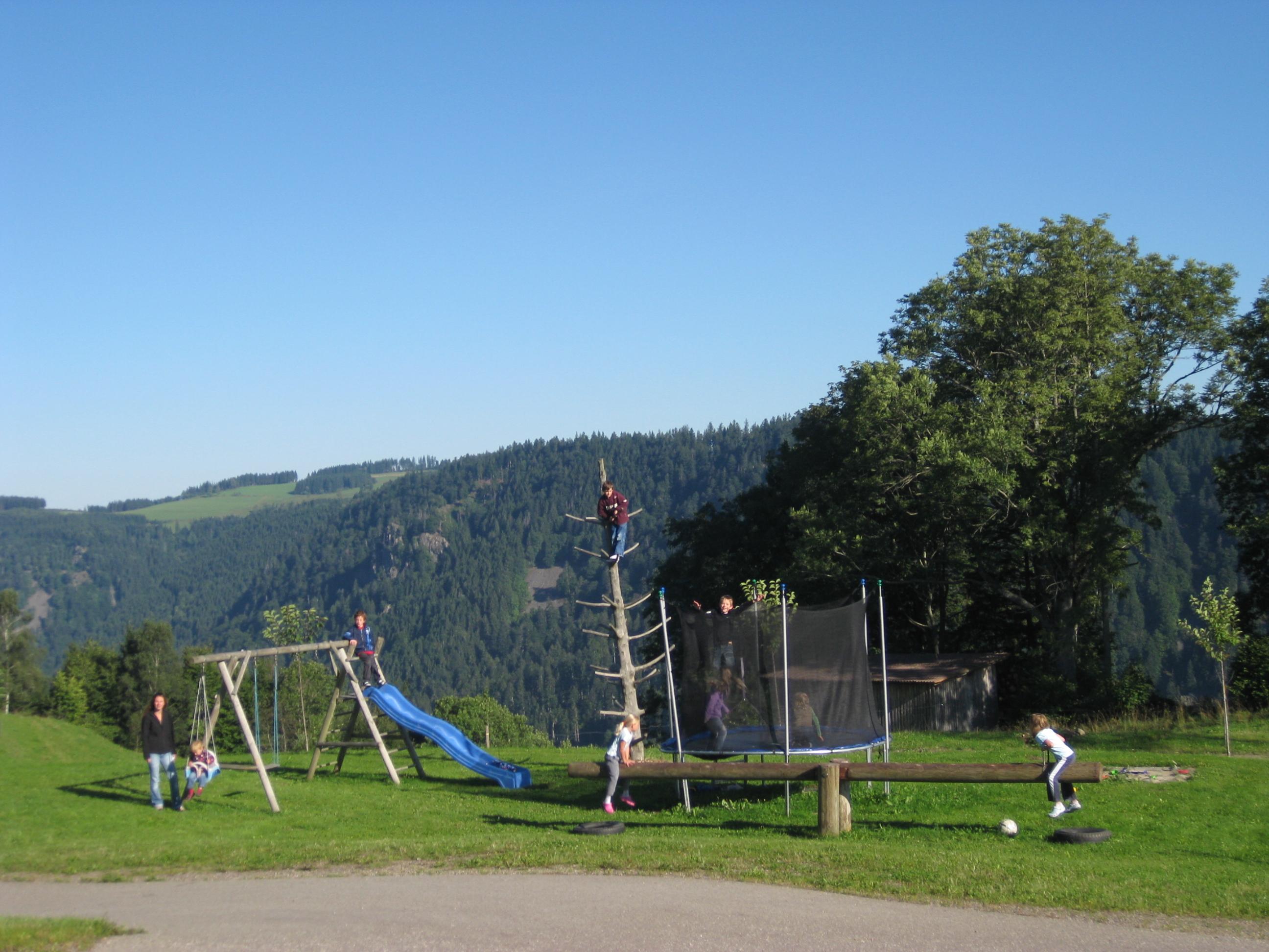 großer Spielplatz auf dem Michelthomilishof