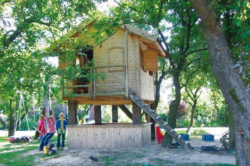 Baumhaus auf dem Hofgelände