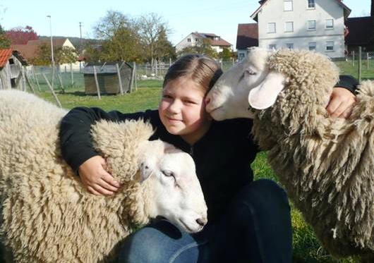 Kind mit Schafen