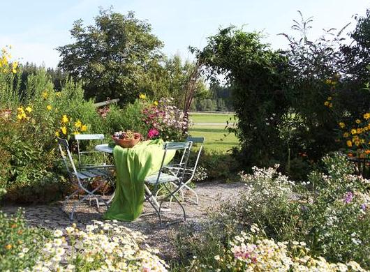 Ferien- und Kräuterlandhof Prinz, umgeben von blühenden Wiesen und grünen Wäldern