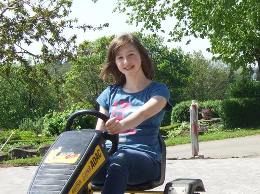 Mädchen fährt Gocart auf dem Ferienhof Pütz