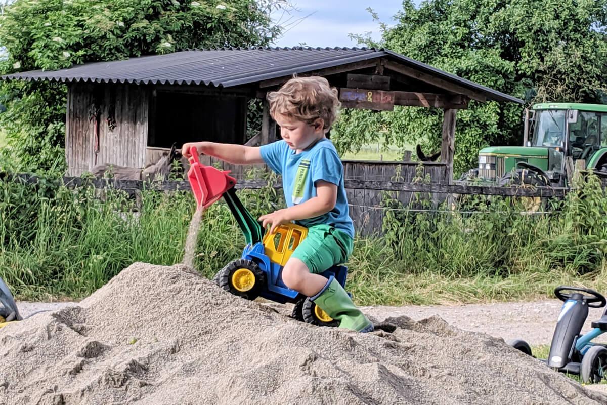 Baggern am Sandhaufen - © Niederauer Hof