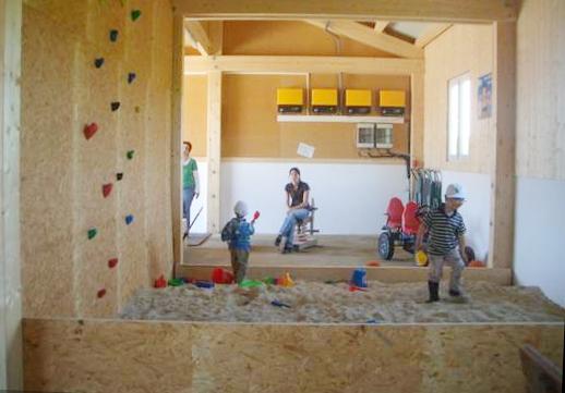 Spielscheune mit Kletterwand