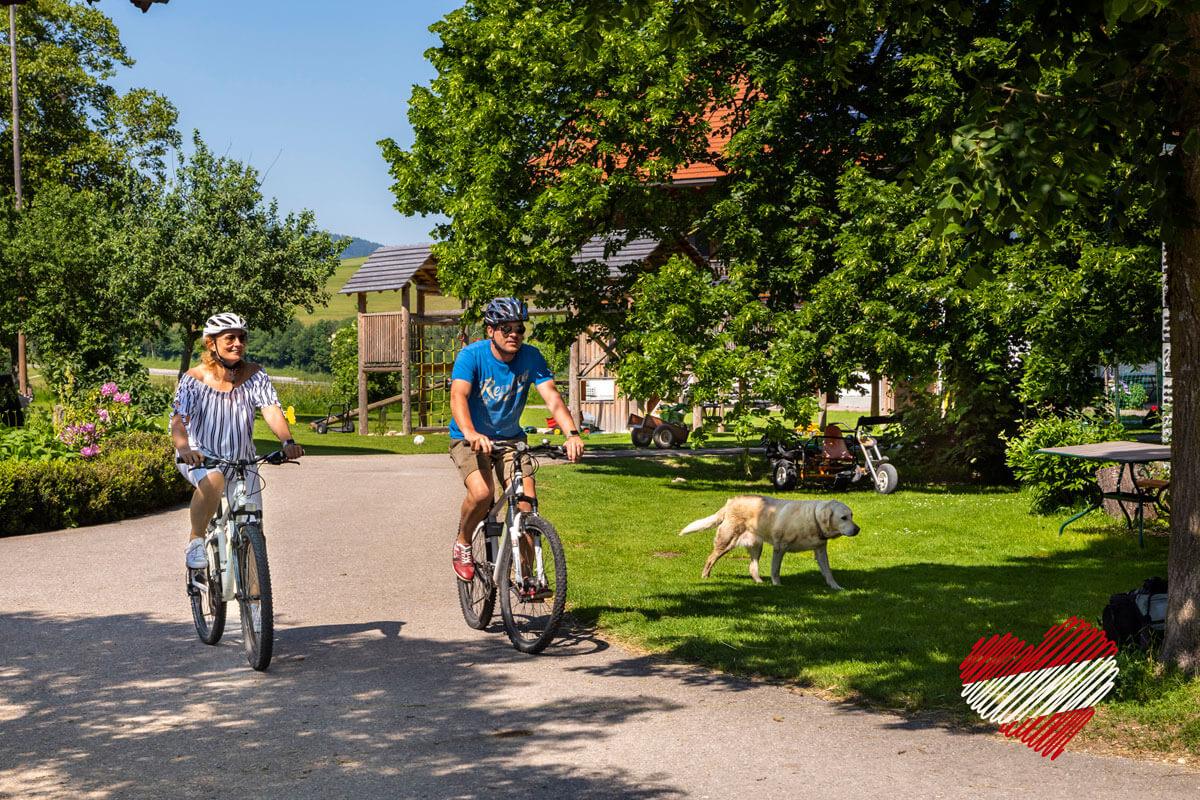 Paar beim Radfahren im Bauernhofurlaub